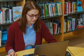 Du kan trygt la Biblioteksentralen ta seg av katalogiserings- og klassifikasjonsarbeidet for både utenlandske og norske medier, slik at du slipper å katalogisere noe selv. Vi har nesten seksti års erfaring med å utvikle gode og kvalitetssikrede katalogposter for folke- og skolebibliotek. Foto: Jens-Chr. Strandos