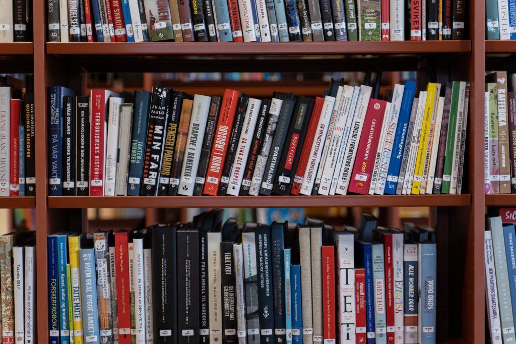 deweyklassifiserte bøker på hylle